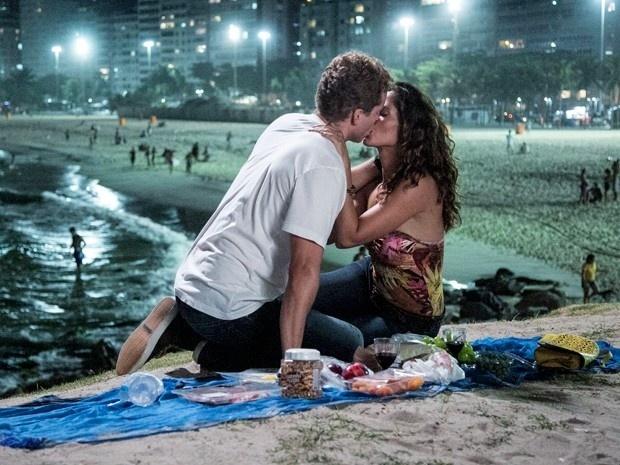 Vinícius (Thiago Fragoso) e Regina (Camila Pitanga) se beijam pela primeira vez