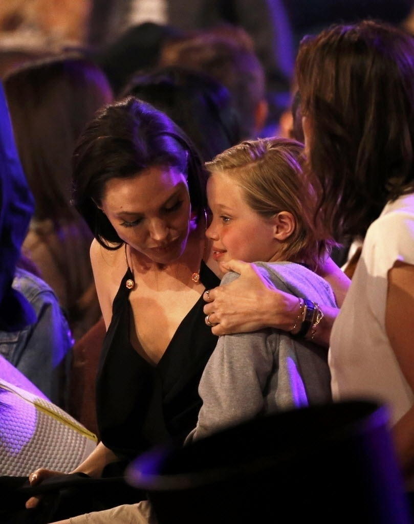 28.mar.2015 - Angelina Jolie abraça a filha Shiloh, durante o Nickelodeon Kids' Choice, em Los Angeles