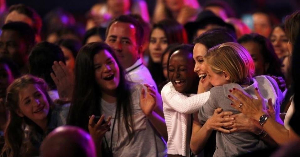 28.mar.2015 - Angelina Jolie ganha abraços apertados das filhas Zahara (à esq.) e Shiloh, ao ser anunciada a vencedora da categoria vilão favorito do Nickelodeon Kids' Choice, em Los Angeles. A atriz fez Malévola 2014