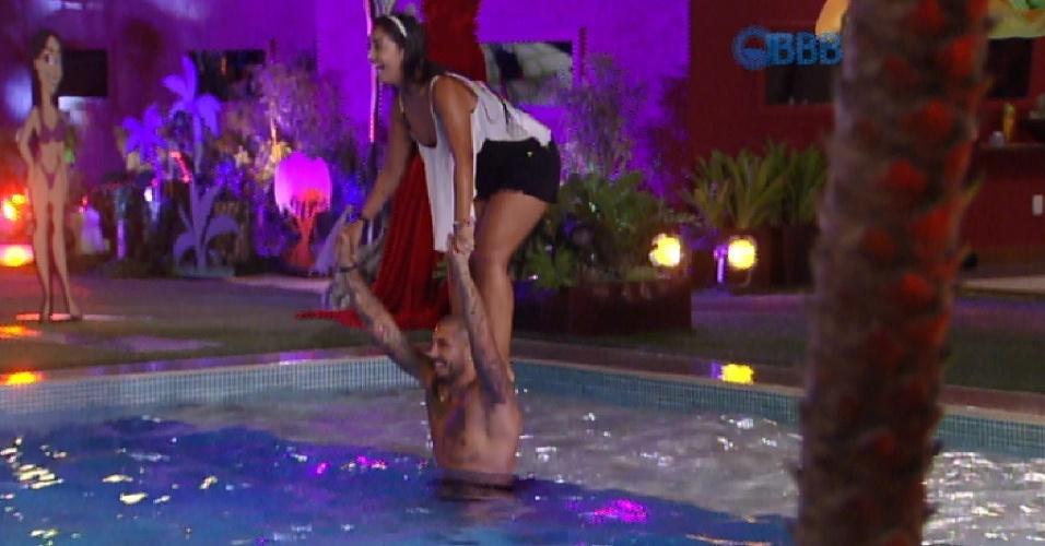 29.mar.2015 - Fernando carrega Amanda para piscina. Pouco depois a sister cai na água e os brothers se divertem