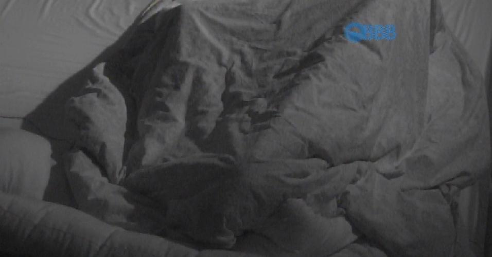 29.mar.2015 - Fernando e Amanda se escondem debaixo do edredom. O casal trocou carícias e movimentou as cobertas do quarto do líder