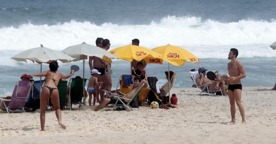 """29.mar.2015 - Talita e Rafael, que se conheceram e começaram a namorar enquanto participavam do """"BBB15"""", aproveitam o domingo de sol e jogam frescobol na praia da Barra da Tijuca, no Rio de Janeiro"""