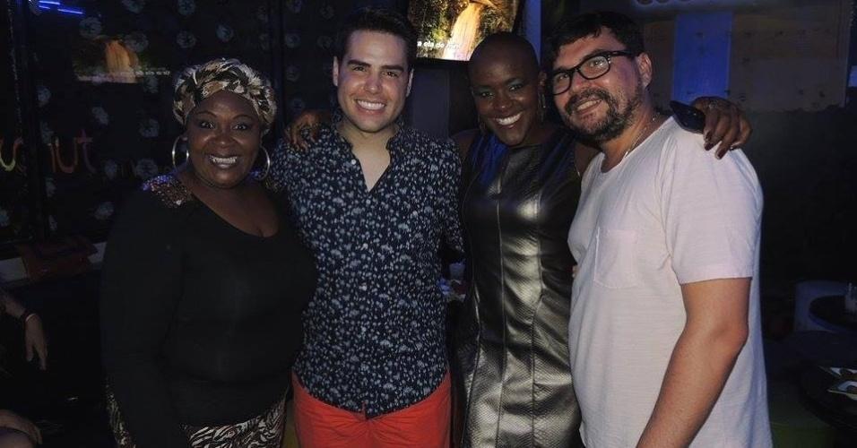 30.mar.2015 - Acompanhada pela mãe, ex-BBB Angélica tieta o apresentador Luiz Bacci em um karaokê em São Paulo