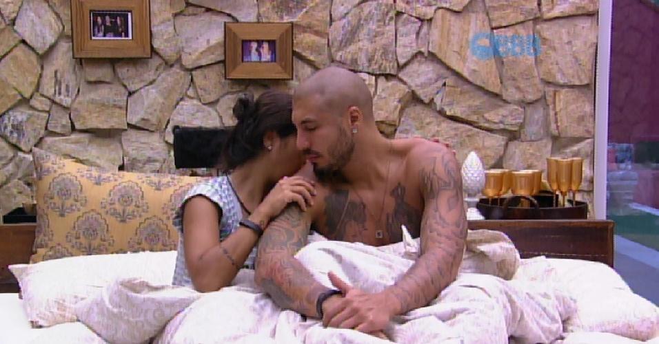 30.mar.2015 - Amanda e Fernando, que dormiam no quarto do líder, são acordados pelo toque de despertar do programa. O casal se abraça e o brother faz carinho na cabeça da sister
