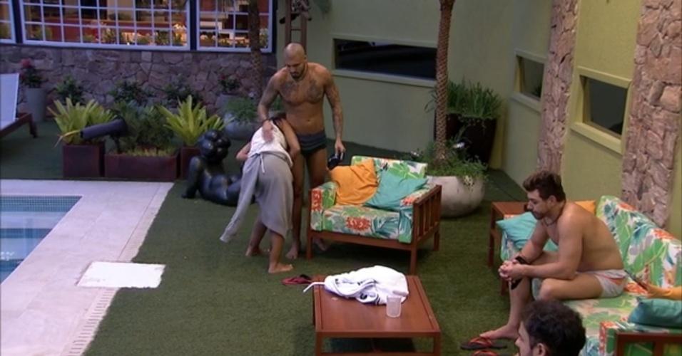"""30.mar.2015 - Amanda morde bumbum de Fernando e reclama: """"Você está muito sensível hoje"""""""