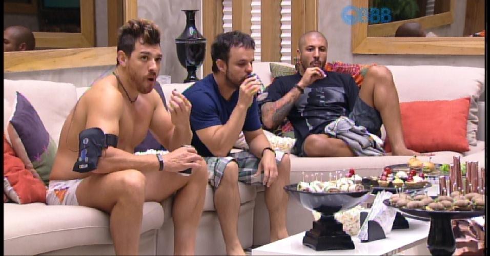 """30.mar.2015 - Brothers aproveitam comidinhas oferecidas pela produção para animar a noite dos últimos quatro participantes do """"BBB15"""""""