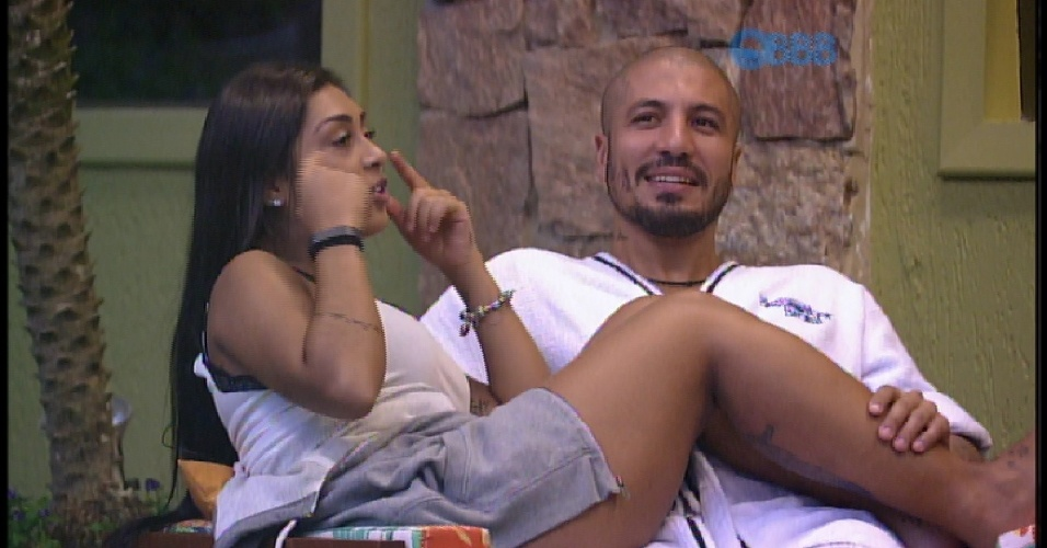 30.mar.2015 - Brothers conversam sobre a Copa do Mundo no Brasil e Amanda não se conforma com a falta cometida no Neymar