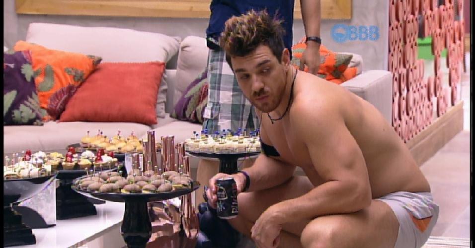 """30.mar.2015 - Brothers são surpreendidos com comidinhas na sala da casa do """"BBB15"""""""