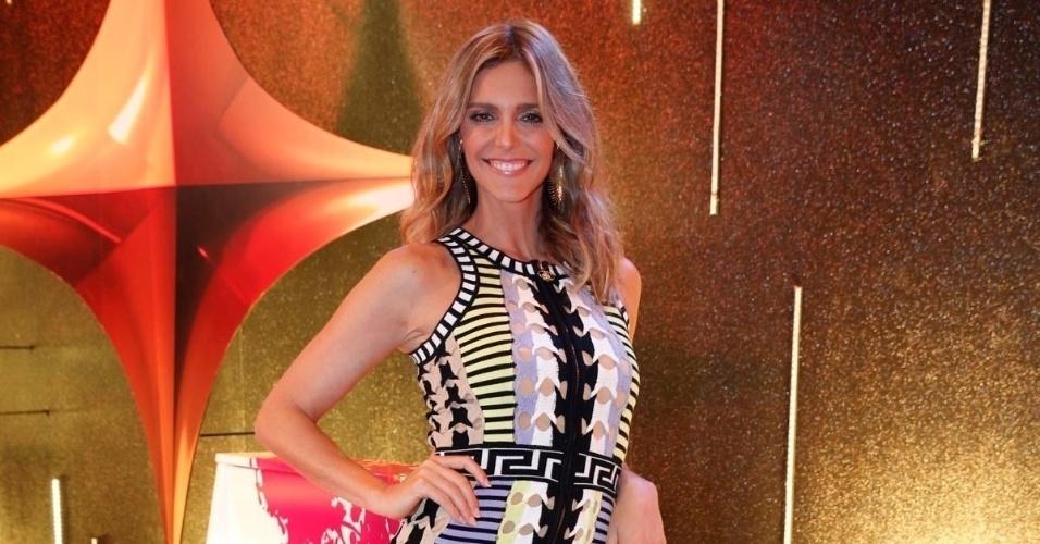 """30.mar.2015 - De microvestido, Fernanda Lima posa para os fotógrafos no lançamento da nova temporada do """"Superstar"""""""