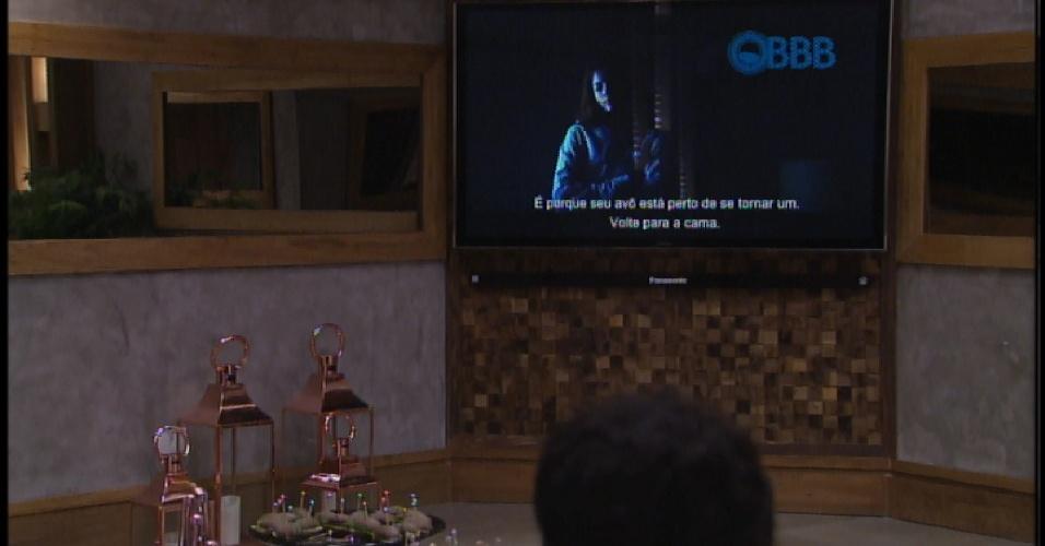 30.mar.2015 - Participantes assistem filme na televisão que costuma ser utilizada para que os brothers conversem com o apresentador Pedro Bial