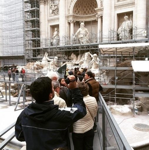 30.mar.2015 - Zeca Camargo começou a semana visitando a Fontana di Trevi, em Roma (Itália)