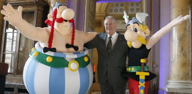 O cartunista Albert Uderzo posa com os personagens Asterix (dir.) e Obelix em Paris  - Patrick Kovarik/AFP