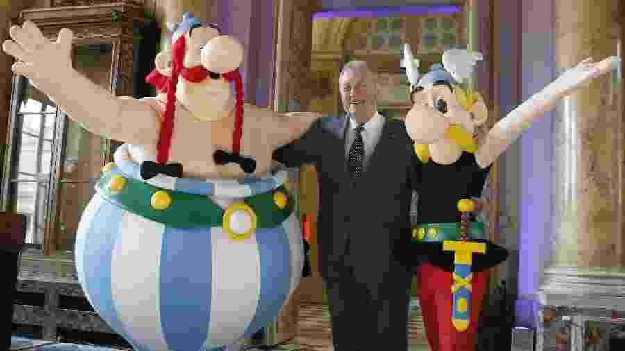 25.mar.2015-O cartunista Albert Uderzo posa com os personagens Asterix (dir.) e Obelix em Paris  - Patrick Kovarik/AFP