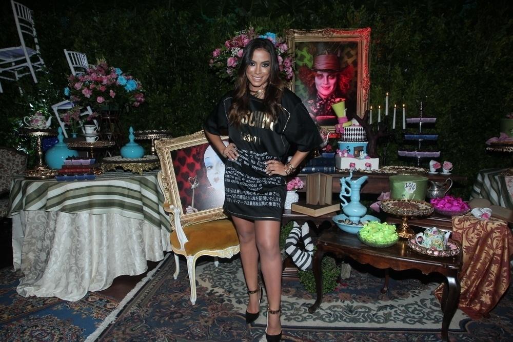 30.mar.2015 - Anitta apresenta a decoração de sua festa de aniversário na Mansão Carioca, na zona sul do Rio de Janeiro, nesta segunda-feira