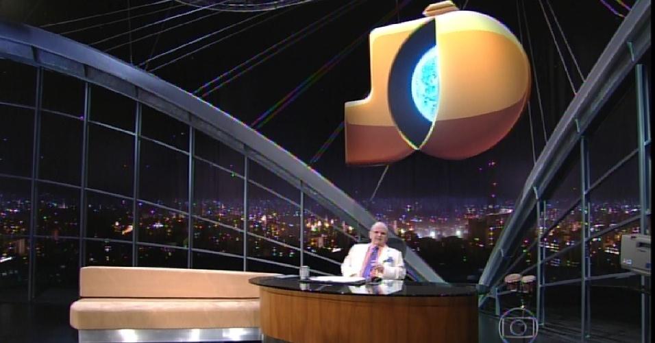 30.mar.2015 - Jô Soares mostra algumas mudanças em seu novo cenário e aponta para o logotipo do programa no alto de sua cabeçar
