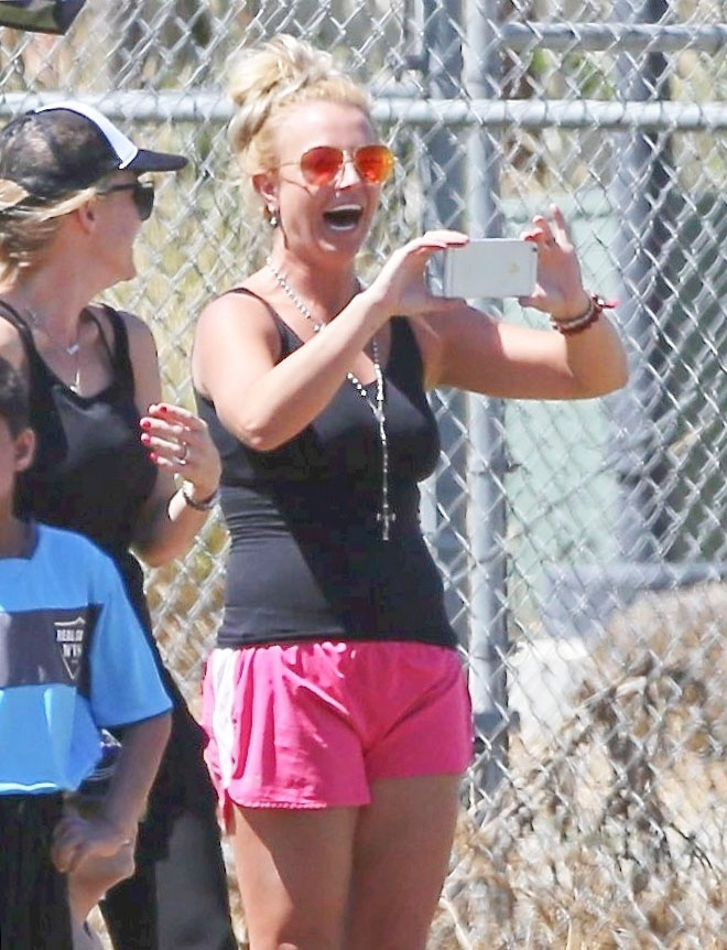 31.mar.2015 - A cantora Britney Spears se mostrou uma torcedora empolgada durante um jogo de futebol do qual participavam seus filhos, Sean e Jayden, em Los Angeles (EUA)