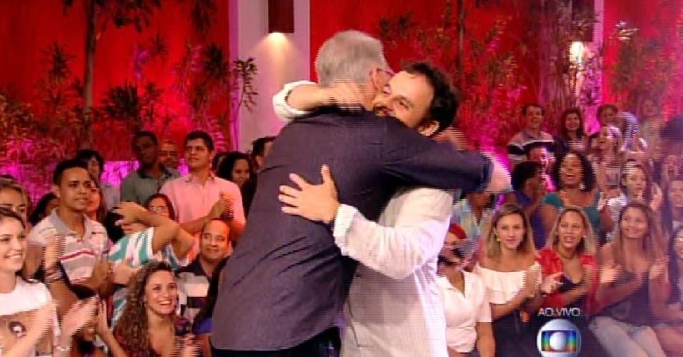 31.mar.2015 - Adrilles abraça Bial após eliminação