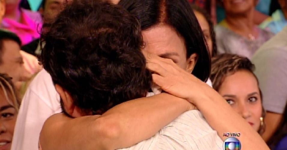 31.mar.2015 - Adrilles abraça suas familiares após eliminação