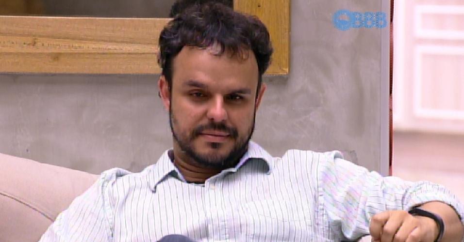 31.mar.2015 - Adrilles aguarda o contato de Pedro Bial