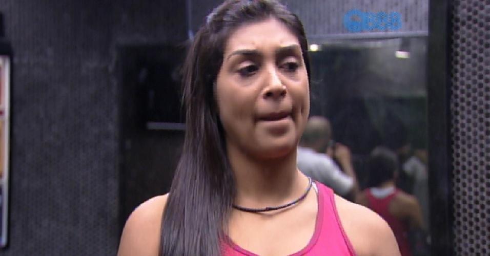 31.mar.2015 - Amanda diz que vai fazer lipoaspiração