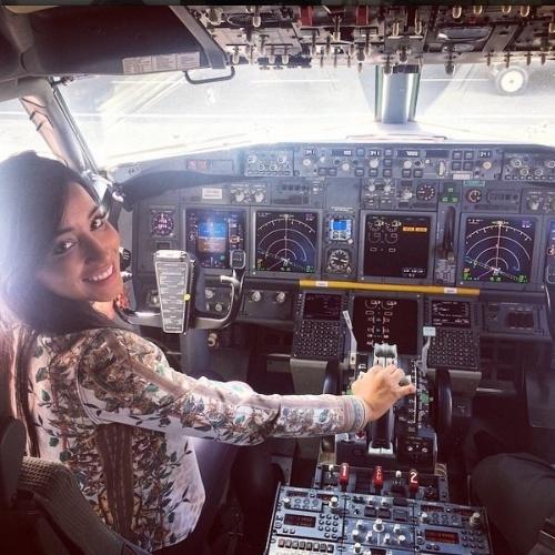 """31.mar.2015 - Após ser eliminada do """"BBB15"""", Talita posa para foto em cabine de avião."""