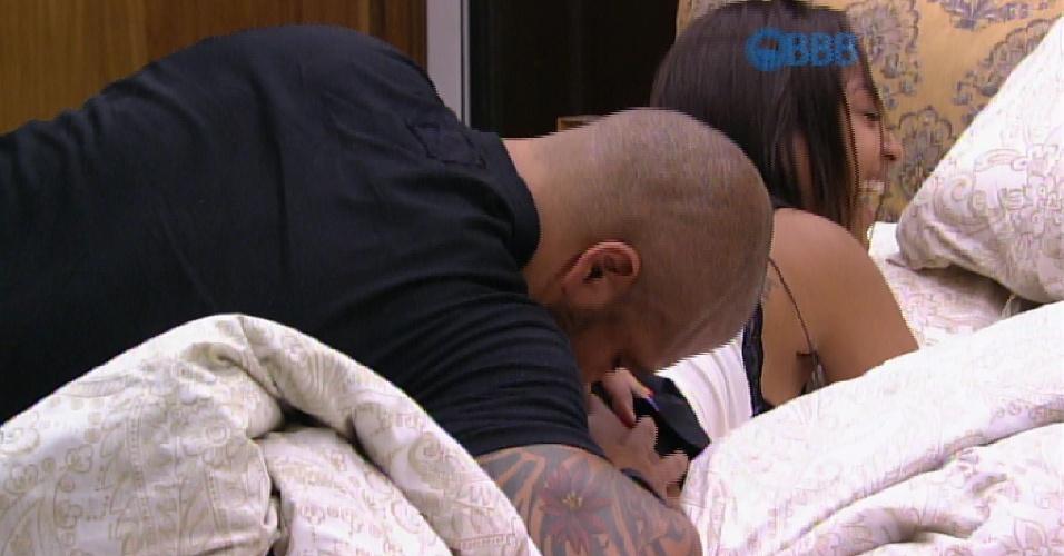 31.mar.2015 - Fernando aproveitou que Amanda estava deitada de bruços e atacou o bumbum da sister com mordidas