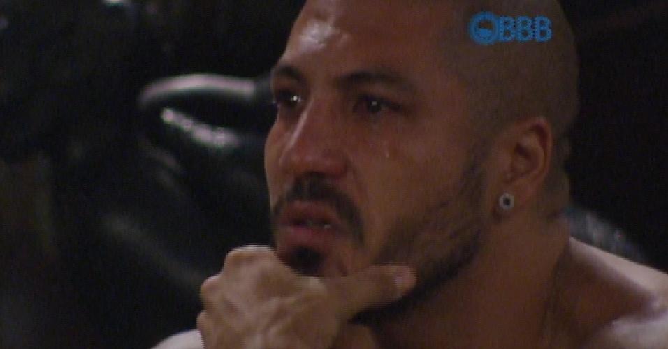 31.mar.2015 - Fernando chora ao ouvir música de Bial