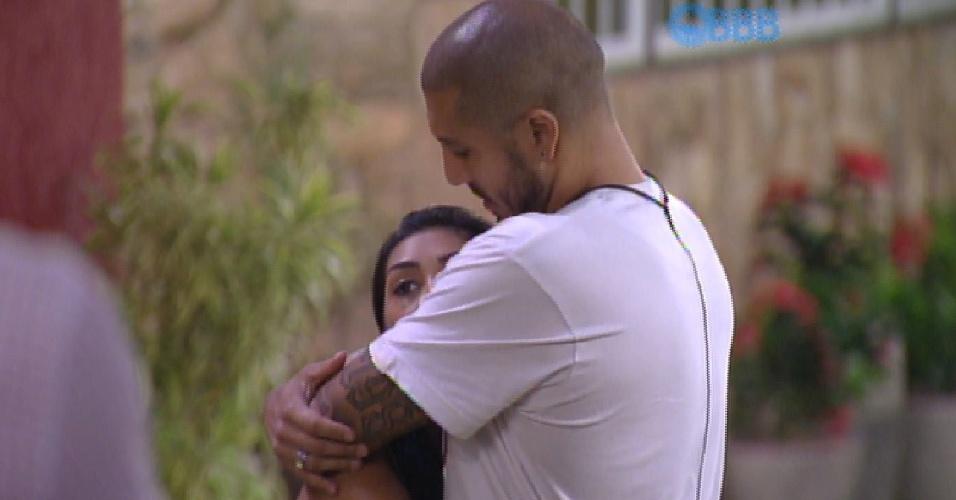31.mar.2015 - Fernando e Amanda se abraçam após eliminação de Adrilles