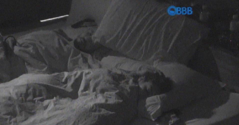 31.mar.2015 - Fernando e Amanda trocam carinhos no quarto do líder e brothers se declara: 'Meu amor, minha lindinha'