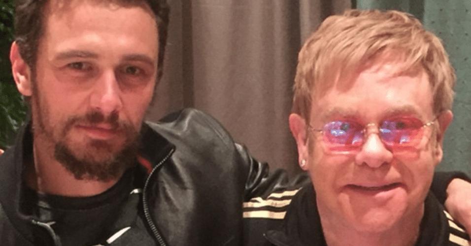 31.mar.2015 - James Franco se encontra com o cantor Elton John e publica foto com o cantor em sua rede social, na madrugada desta terça-feira