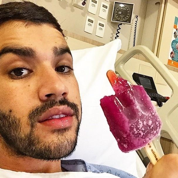 31.mar.2015 - O cantor Gusttavo Lima internado no hospital