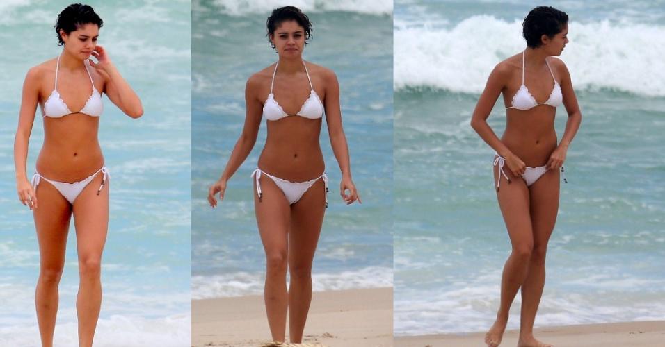31.mar.2015- Sophie Charlotte é flagrada de biquíni branco na praia de Grumari, zona oeste do Rio
