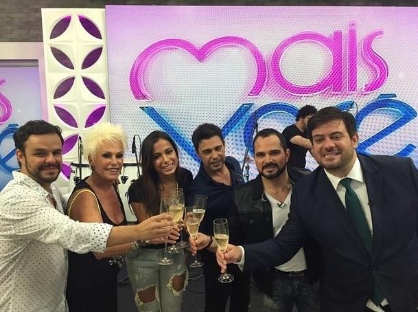 """1.abr.2015 - A apresentadora Ana Maria Braga comemorou seu aniversário com champagne no """"Mais Você"""". A loira, que completou 66 anos, brindou acompanhada da dupla Zezé di Carmago e Luciano, da cantora Anitta e do ex-BBB Adrilles"""