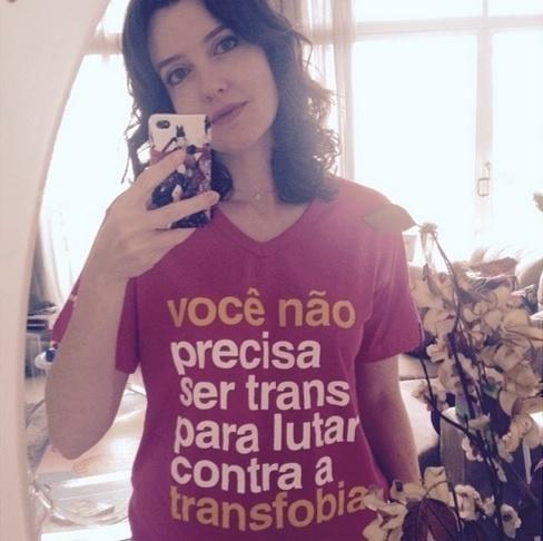 1.abr.2015 - A atriz Larissa Maciel defendeu o fim do preconceito contra transsexuais em post publicado em sua conta no Instagram. Na foto postada por Larissa, ela aparece com uma camiseta contra a transfobia