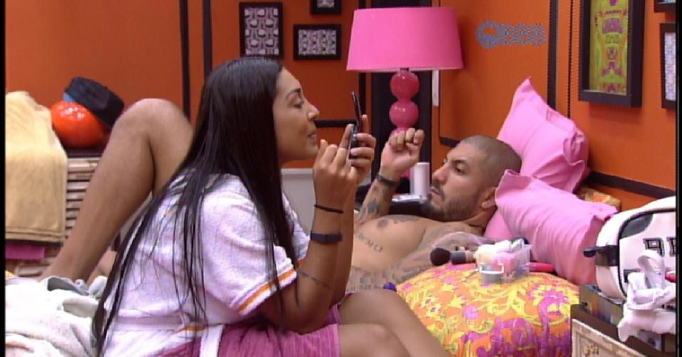 1.abr.2015 - Amanda quer saber se Fernando faria ensaio sensual com ela, mas brother não mostra empolgação