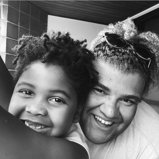"""1.abr.2015 - Gominho, ex-participante do reality show """"A Fazenda"""", homenageou a apresentadora Astrid Fontenelle, que faz aniversário nesta quarta-feira (1)"""