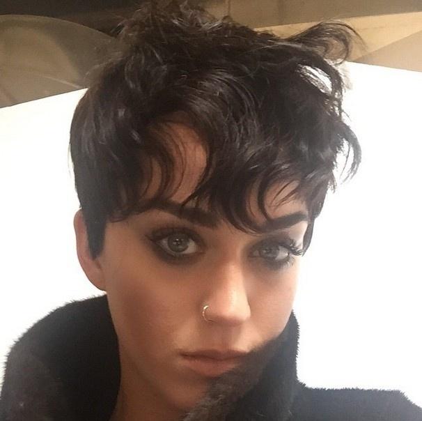 1.abr.2015 - Katy Perry postou uma foto com os cabelos curtinhos em seu Instagram