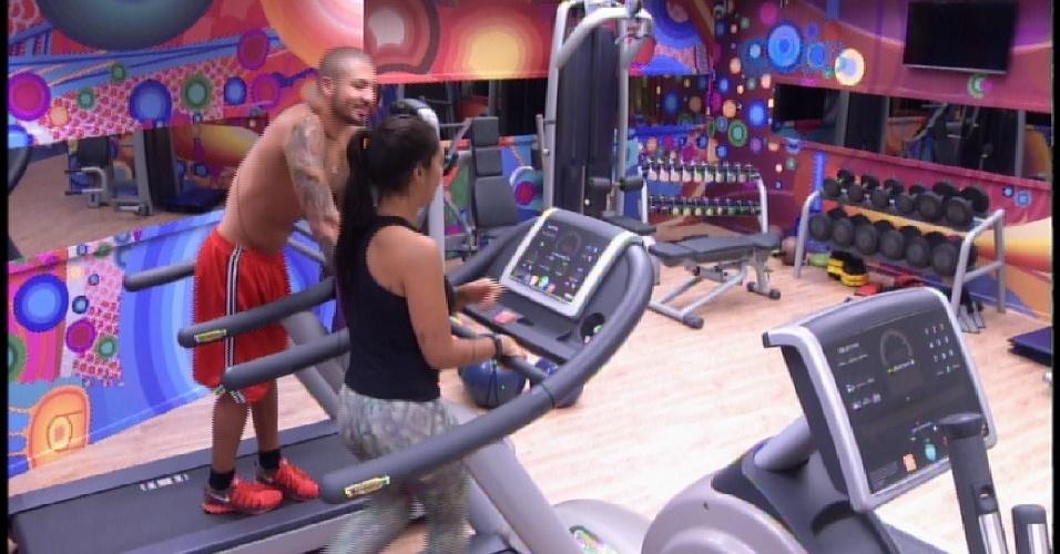 """1.abr.2015 - Amanda e Fernando vão para a academia após serem acordados pela produção do """"BBB15"""""""