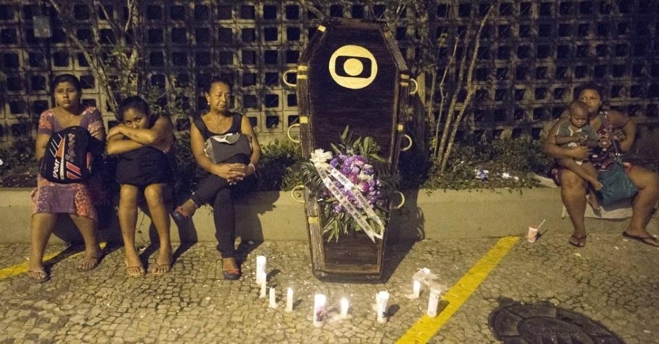 1.mar. 2015 - Caixão com flores e velas é colocado na porta da Globo no Rio de Janeiro