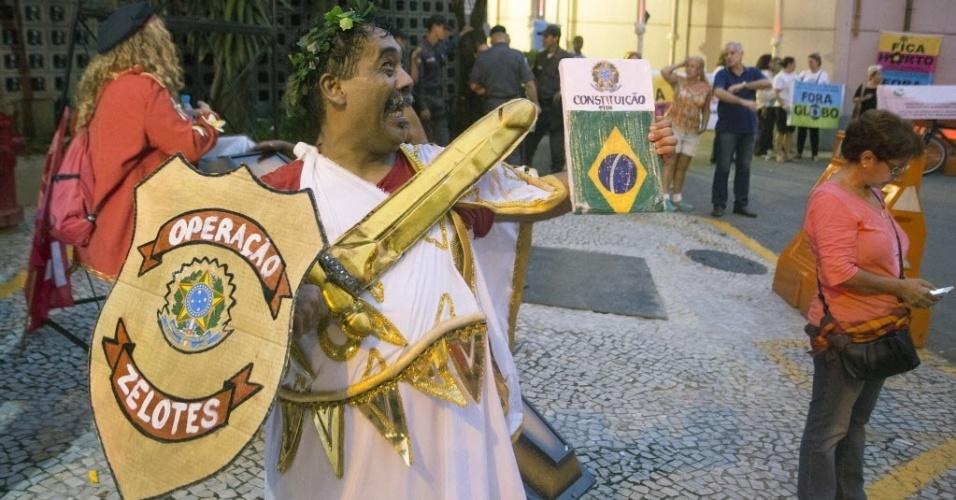 1.mar. 2015 - Homem protesta fantasiado na porta da Globo no bairro do Jardim Botânico, Rio de Janeiro