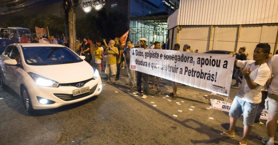 """1.mar. 2015 - Manifestantes do Rio seguram cartaz escrito: """"A Globo, golpista e sonegadora, apoiou a ditadura e quer destruir a Petrobras!"""""""