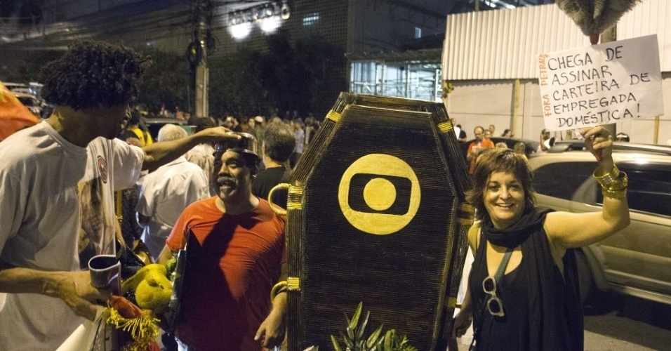 1.mar. 2015 - Manifestantes usam caixão com logo da Rede Globo pedindo o fim da emissora