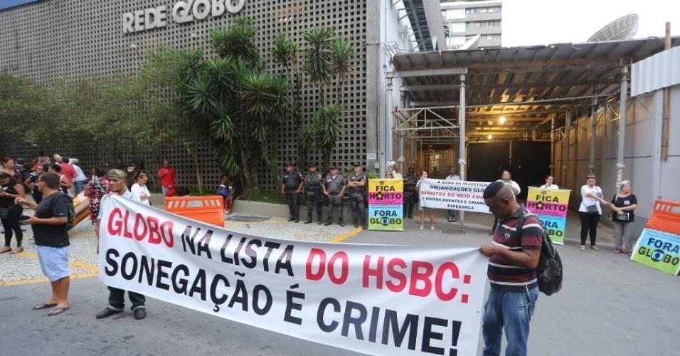 1.mar. 2015 - Pequeno grupo protesta na frente da Rede Globo no Rio de Janeiro para pedir o fim da emissora