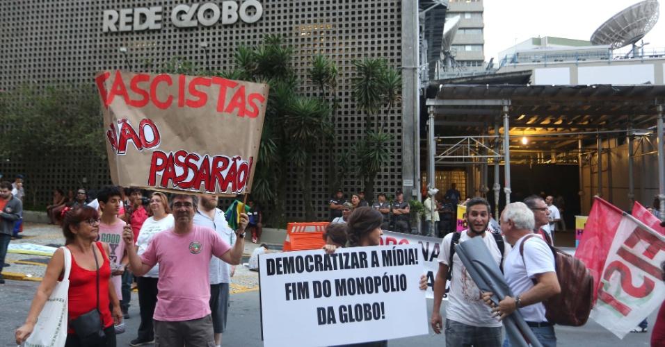 """1.mar.2015 - Alguns dos manifestantes carregaram faixa chamando a TV Globo de """"fascista"""" e pedindo democratização da mídia. Eles se reuniram na frente da sede da emissora no Rio de Janeiro no final da tarde desta quarta-feira (1)"""