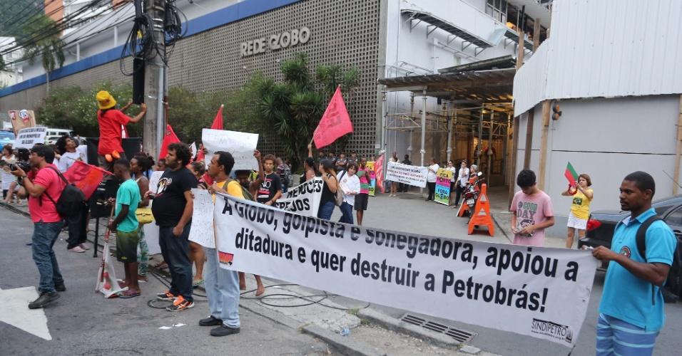 1.mar.2015 - Manifestantes se reúnem na frente da Rede Globo no Rio de Janeiro para pedir o fim da emissora. Entre suas motivações para querer que o canal deixe de existir estão alegações de sonegação de imposto e o apoio à ditadura