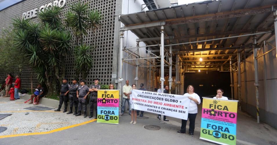 1.mar.2015 - Manifestantes seguram cartazes na frente da Rede Globo no Rio de Janeiro para pedir o fim da emissora. Entre suas motivações para querer que o canal deixe de existir estão alegações de sonegação de imposto e o apoio à ditadura