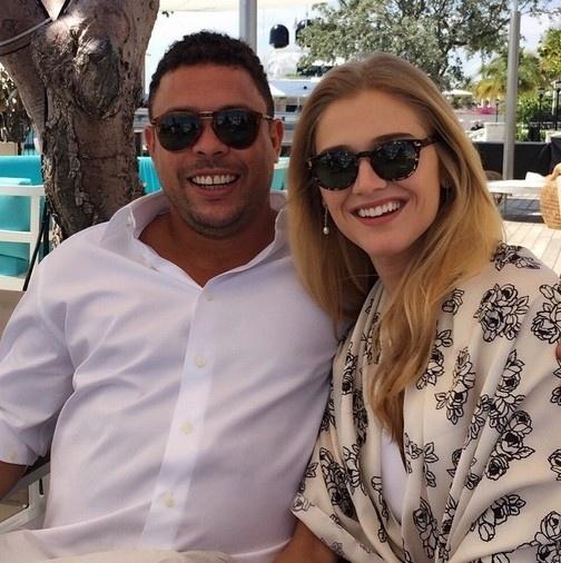 """1.abr.2015 - Ronaldo posta foto ao lado da namorada nova. Os dois estavam em Miami e o ex-jogador a chamou de """"meu avatar"""""""