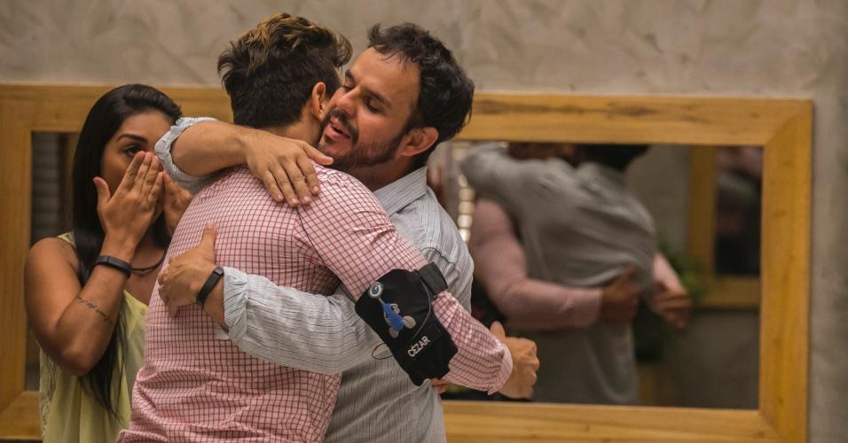 """31.mar.2015 - Com 65% dos votos, Adrilles é eliminado do """"BBB15"""" a uma semana da final. O poeta se despede de Cézar, que se empolga e levanta o amigo nos braços"""