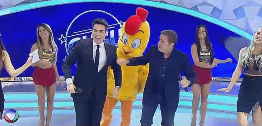 """31.mar.2015 - Em seu retorno à TV Record, Luiz Bacci dança """"Pintinho Amarelinho"""" ao lado do apresentador Gugu Liberato, na noite desta terça-feira"""