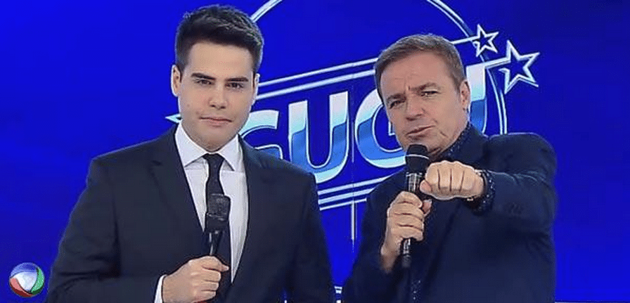31.mar.2015 - Luiz Bacci acompanha, ao lado de Gugu Liberato, uma homenagem feita a ele em seu retorno à TV Record, nesta terça-feira